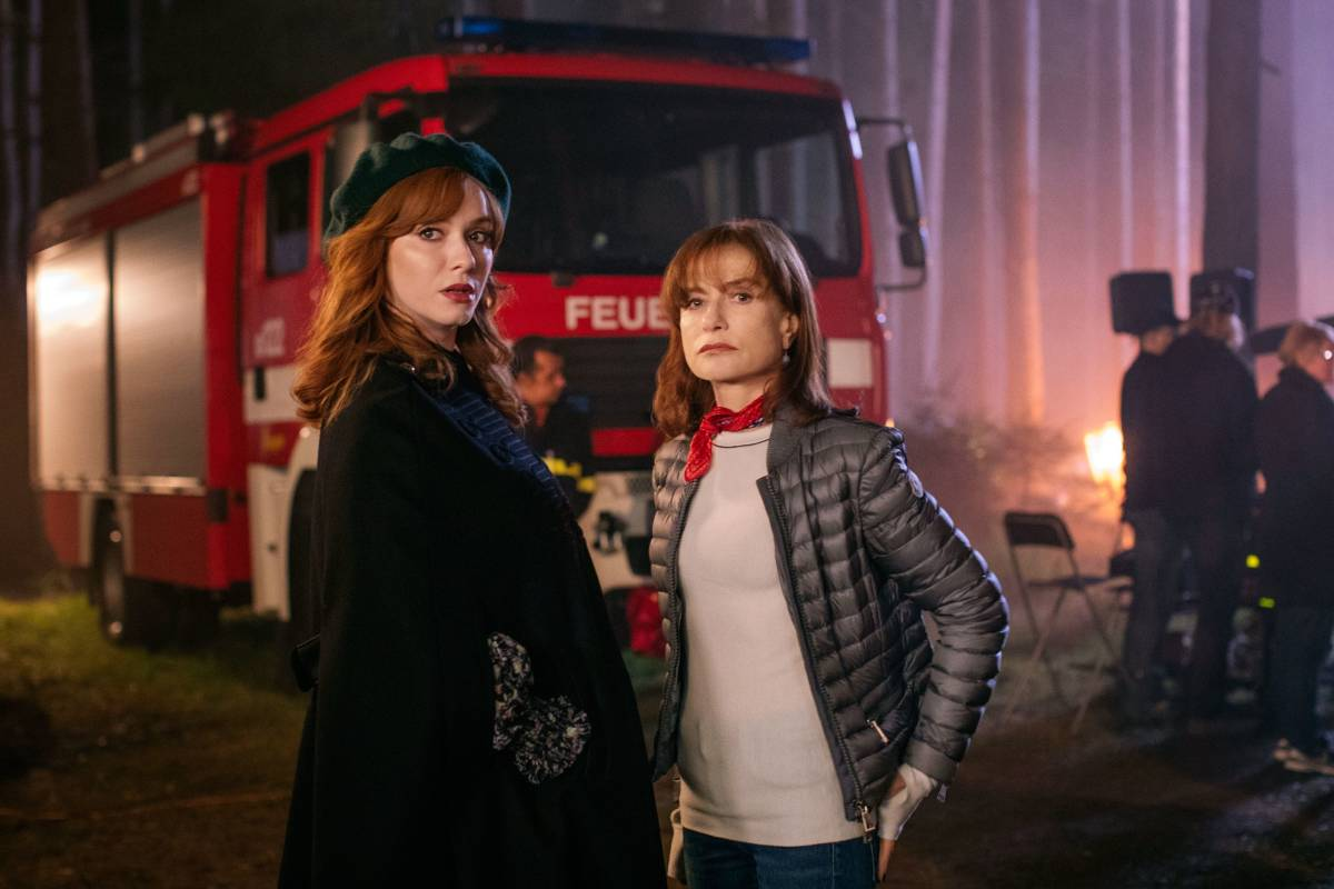 Isabelle Huppert y Christina Hendricks en el tercer capítulo 'House of Special Purpose'
