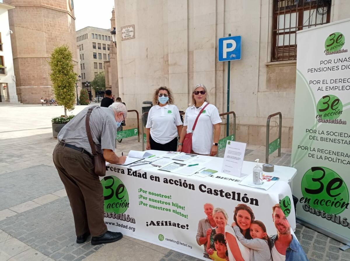 Mesa informativa en el centro de Castelló.